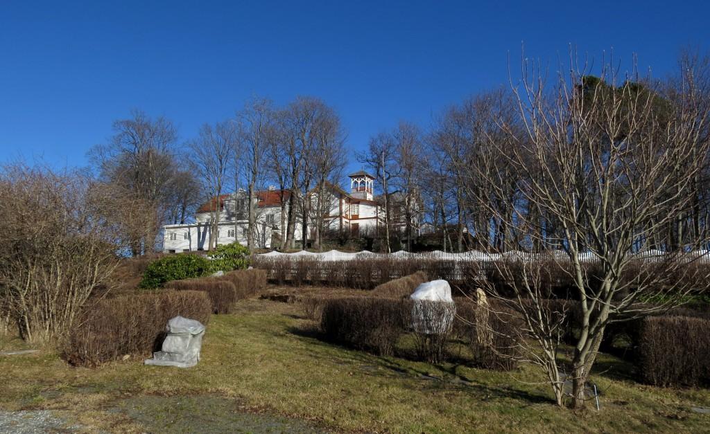 Ringve ligger på en bakketopp midt på Lade i Trondheim, der de gamle Ladejarlene holdt til. Hovedbygningen huser idag Ringve musikkhistoriske museum. Foto: Tor Bollingmo.