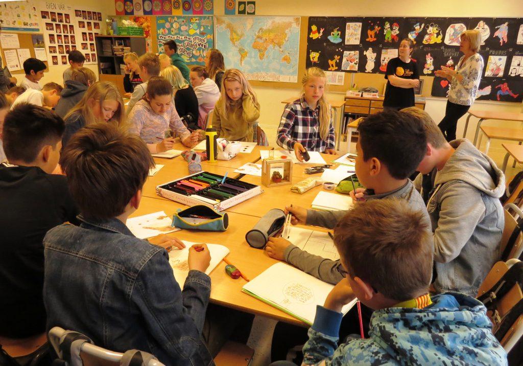Når kassene med levende humlebol kom på bordet i klasserommet, satte elevene i gang med dypt konsentrert oppgaveløsning. Blant annet skulle de ved hjelp av observasjon og tegninger skildre hvordan humlene hadde det hjemme. Foto: Tor Bollingmo.